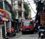 Cháy nhà, xe chữa cháy loay hoay di chuyển vì ngõ nhỏ, dây điện