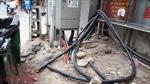 Dây điện, dây cấp viễn thông 'giăng bẫy' người dân trên phố ở Hà Nội