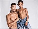 Bố con Cristiano Ronaldo tưng bừng khoe cơ bắp ra mắt thương hiệu thời trang CR7 mới
