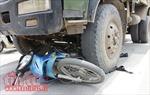 Xe ben không biển kiểm soát đâm xe máy, hai mẹ con tử vong