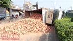 Lật xe tải chở gạch, giao thông tê liệt nhiều giờ
