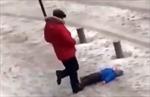 Video người cha máu lạnh đá con nhỏ dã man trên tuyết