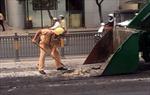 CSGT Tân Sơn Nhất dọn dẹp bùn đất rơi vãi trên đường
