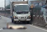 Người đàn ông trèo qua dải phân cách té xuống đường bị xe cán tử vong
