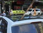 Thanh sắt rơi từ công trình đâm xuyên nóc taxi, một người tử vong ngay tại chỗ