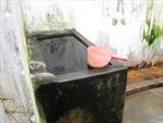 Học sinh tố bị cô giáo phạt nhúng đầu vào thùng nước bẩn