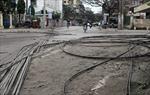 Dây điện đổ giăng kín đường Nguyên Hồng
