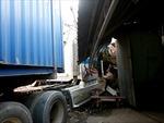 Xe container lao vào nhà dân