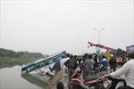 Xe khách lao xuống sông, hơn 10 người thoát nạn