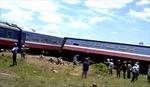 Bị xe ben đâm, tàu hỏa lật khỏi đường ray