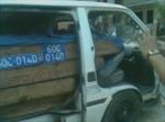 Ôtô chở gỗ lậu bỏ chạy, cán bị thương người đi đường