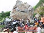 Lở núi, đá trúng xe khách, 6 người chết