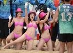 Kiều nữ cổ vũ bóng ném bãi biển