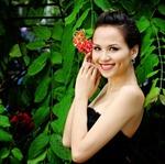 Diễm Hương vai trần quyến rũ bên hoa