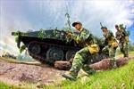 Lính tăng thiết giáp dũng mãnh bên xe tăng huấn luyện chiến đấu