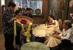 Sắp đặt sản phẩm nghề truyền thống theo nghệ thuật đương đại tại phố cổ Hà Nội
