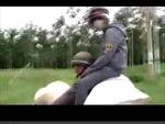 Thót tim cảnh ngồi chênh vênh sau xe máy ở Bình Phước