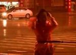 Phóng viên buộc dây vào người đưa tin bão Haikui