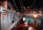 Tàu Quảng Bình bị nạn được đưa vào bờ an toàn