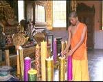 Dùng đèn điện thay nến ở các chùa Khmer