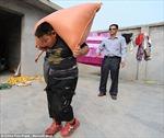Cậu bé 7 tuổi kéo xe gần 2 tấn