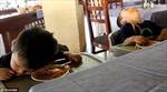 Hài hước cặp sinh đôi ngủ gật khi ăn