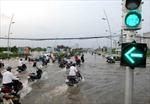 Người dân TP. Hồ Chí Minh vật lộn với triều cường