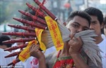 Hành xác tại lễ hội ăn chay kinh dị ở Thái Lan