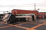 Xe container lao vào xe khách, 12 người bị thương