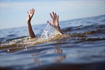 Lội hồ nước chụp ảnh, hai chị em chết đuối thương tâm