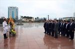Phó Thủ tướng Vương Đình Huệ dâng hoa tưởng nhớ Tổng Bí thư Nguyễn Văn Linh