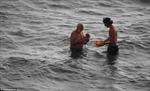 Kỳ diệu khoảnh khắc bà mẹ sinh con dưới biển Hồng Hải