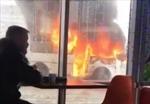 Xe bus cháy bùng bùng bên ngoài, thực khách vẫn bình thản ngồi ăn