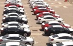 Ô tô lắp ráp trong nước giữ giá, khách hàng chờ xe nhập khẩu