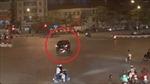 Xe bán tải Mazda đâm vào xe máy rồi kéo lê người hàng trăm mét