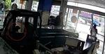 Chó 'điều khiển' xe đâm tan nát cửa hàng điện thoại