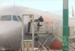 Nhỡ chuyến, hành khách lao vào đường băng phá cửa máy bay