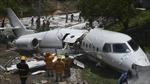 Máy bay trượt khỏi đường băng, bị gẫy gập thành đôi