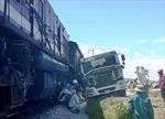 Vượt ẩu qua đường sắt, xe bồn bê tông bị tàu hàng đâm nát đầu
