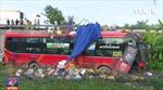 Xe khách lao xuống ruộng, hơn 40 người thoát nạn