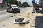 Xe cứu thương mất lái đâm thẳng vào nhà dân