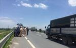 Khám nghiệm tử thi hai nạn nhân tử vong trên cầu vượt tại Hưng Yên