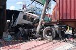 Xe container nổ lốp tông húc bay dải phân cách, nhiều người đi đường khiếp vía