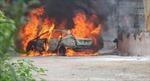 Lùi xe vào đống rác đang cháy, ô tô 4 chỗ bị thiêu rụi hoàn toàn