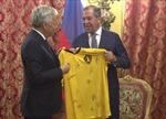 Ngoại trưởng Nga nhận món quà 'thấm đẫm' tinh thần bóng đá