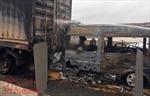 Đâm vào xe đầu kéo, xe khách bốc cháy trên đường cao tốc khiến 2 người chết
