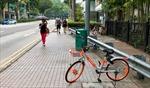 Đi tàu điện trên cao, có thể thuê xe đạp điện tại các nhà ga