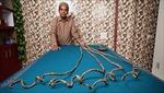 Nuôi suốt 66 năm, người đàn ông sở hữu bộ móng tay dài hơn 9 mét