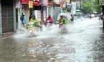 Mưa lớn kéo dài suốt đêm, nhiều tuyến phố Hà Nội ngập sâu
