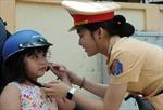 Cảnh sát giao thông tuyên truyền xử phạt và tặng 1.000 nón bảo hiểm cho trẻ em